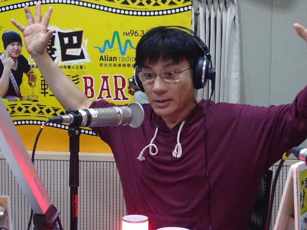 江明學曾主持廣播節目。圖/摘自臉書