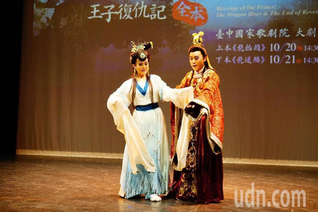 孫翠鳳女兒陳昭婷(左)和陳子豪(右)在明華園戲劇總團《龍抬頭》《龍逆鱗》王子復仇...