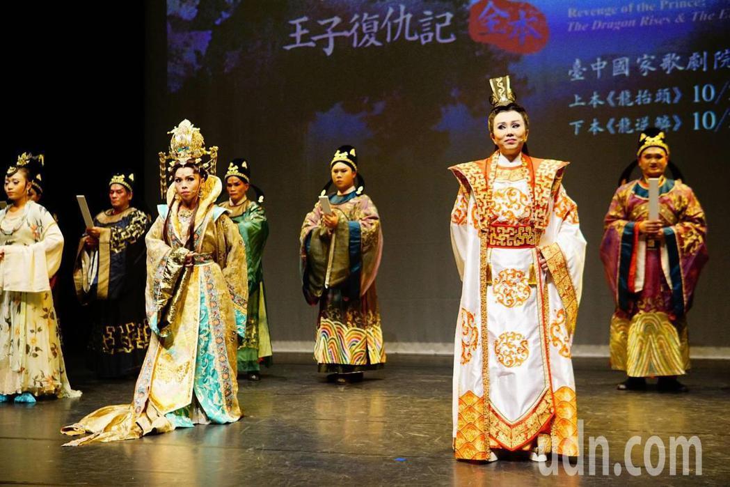 孫翠鳳(右)在明華園戲劇總團《龍抬頭》《龍逆鱗》王子復仇記全本,和明華園第三代、...