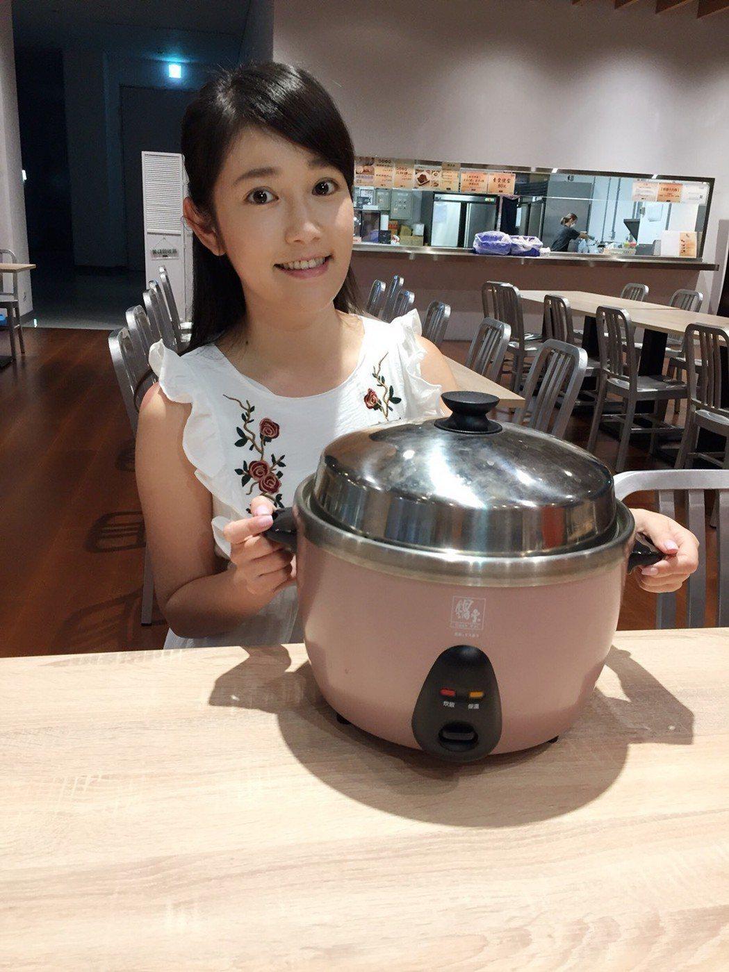 郭亞棠很會用電鍋料理。圖/民視提供