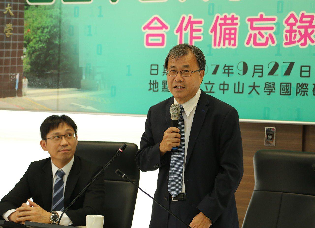中山大學校長鄭英耀(右)表示,「AI軍師聯盟」將共同為業界培育具有即戰力的「AI...