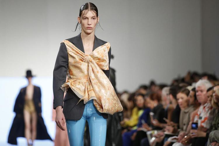 大蝴蝶結、網狀裙等,展現Dries Van Noten本系列強調裝飾穿搭的活潑創...