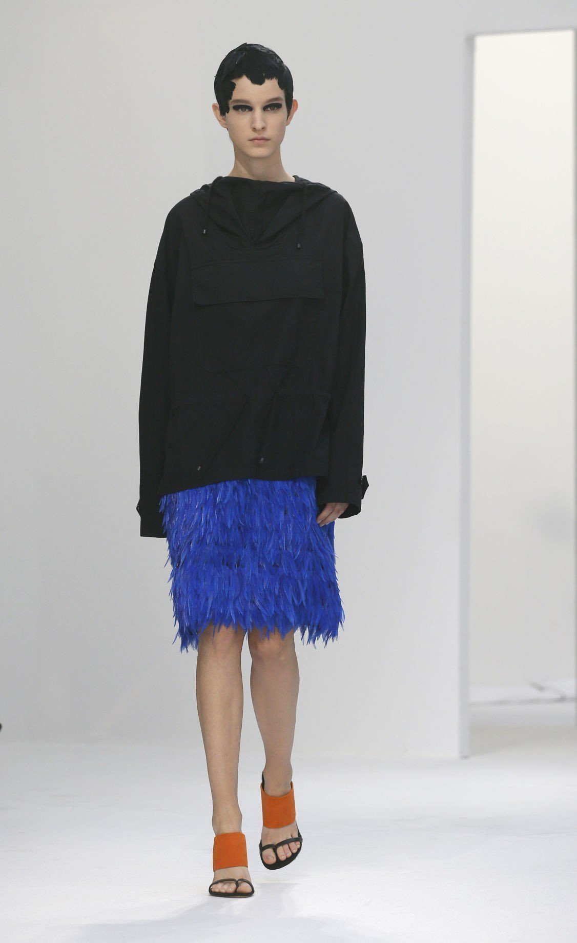 Dries Van Noten帶來一個明亮又繽紛的系列,鮮豔色彩貫穿全場,羽毛、...