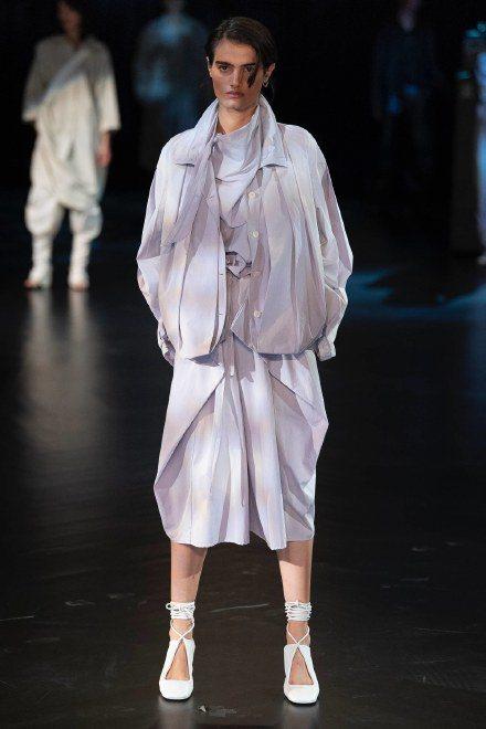 Lemaire加入了更多抓皺與抽繩細節,簡約垂墜的服裝線條配上淡雅的藍綠、粉紫,...
