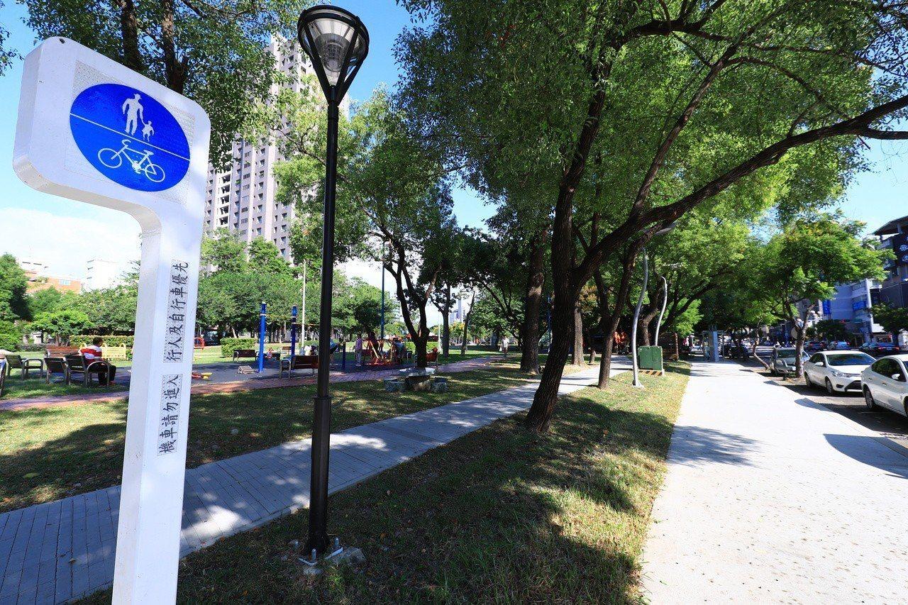 台中市政府打造「台中之心」,串連散落市區的綠園道;警方提醒,行人、單車族最好「各...