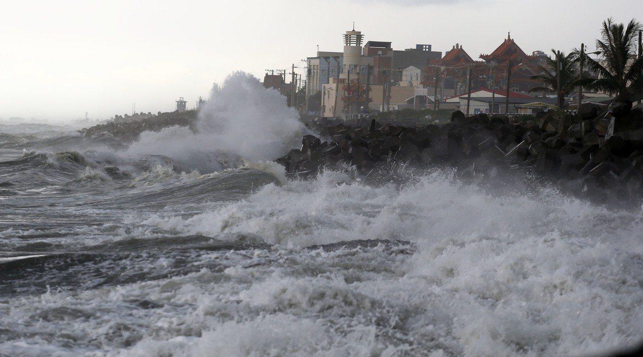 颱風即使遠在上千公里以外,但吹起的浪傳到近岸只要一天,常瞬間掀起巨浪危及岸邊民眾...