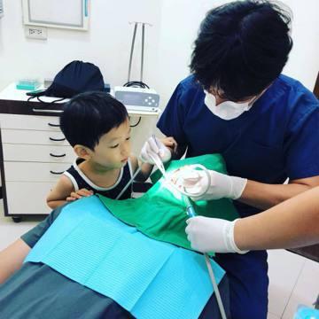 隋棠在臉書上分享不讓孩子害怕看牙醫的方法,「聽了醫師的建議,大人自己看牙洗牙時帶上小孩,讓他們對牙醫診所的好奇取代恐懼,真的很有用。」只見照片中,兒子Max一臉好奇、睜大眼睛、小手還搭在醫生的手腕上...