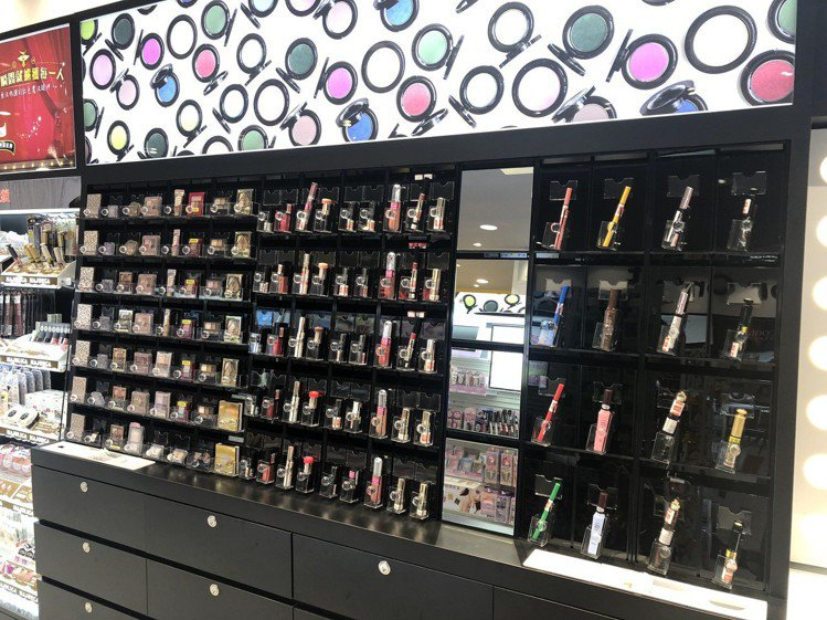店內有寬廣的Makeup Bar提供消費者試用選購。圖/記者黃筱晴攝影