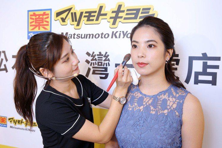 店內常駐有日本受訓的專業彩妝師,提供免費快速美妝服務。圖/松本清提供