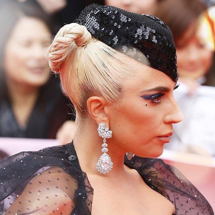 女神卡卡曾於多倫多影展時配戴蕭邦Garden of Kalahari系列耳環。圖...