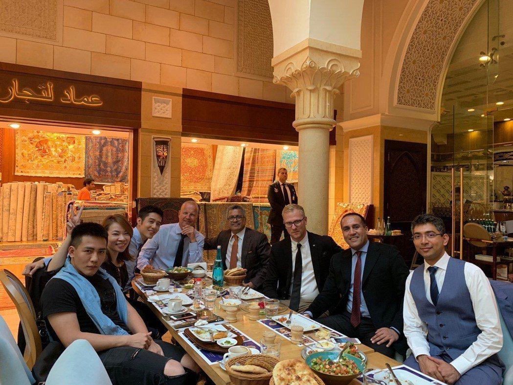 胡宇威(左三)與MIDO總裁及長官享用杜拜當地的下午茶。圖/寶麗來提供