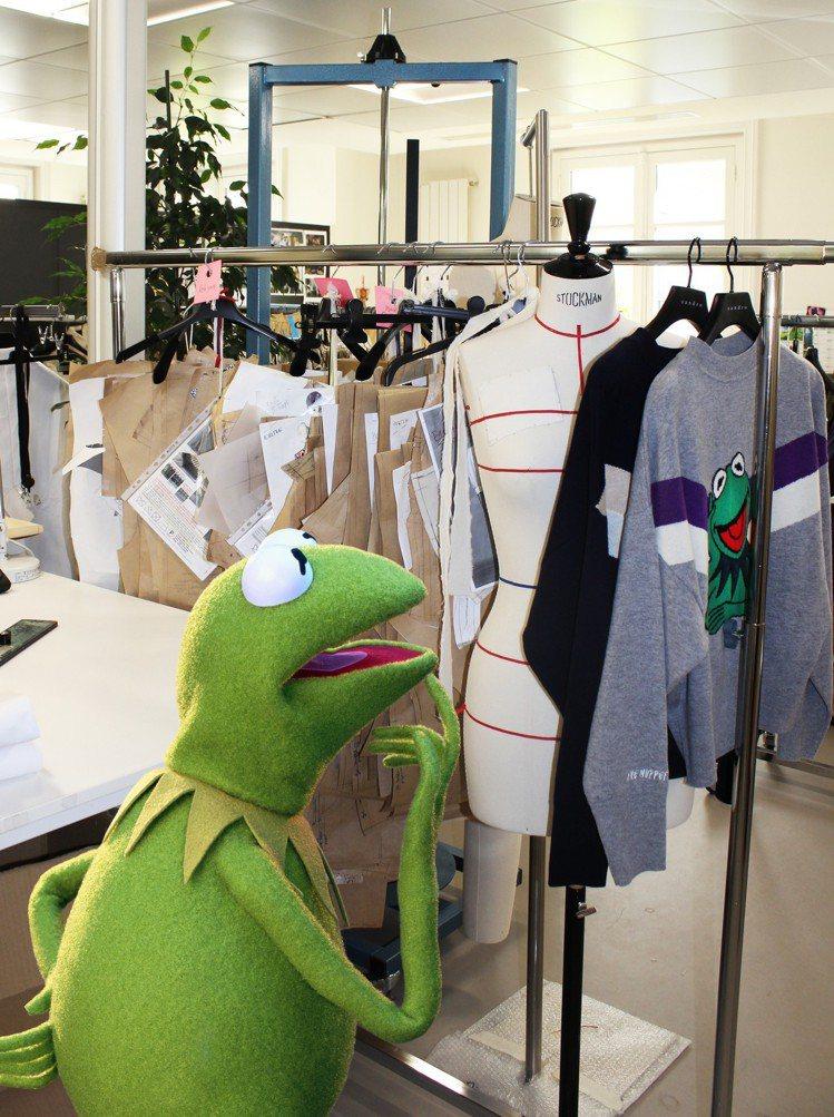 科米蛙在Sandro的巴黎工坊內。圖/sandro提供