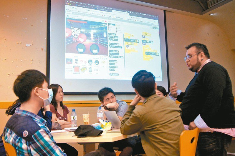 元智大學機械所博士生雷傑(右一),兼課教人社學院英語專班新生程式語言。 記者張錦弘/攝影
