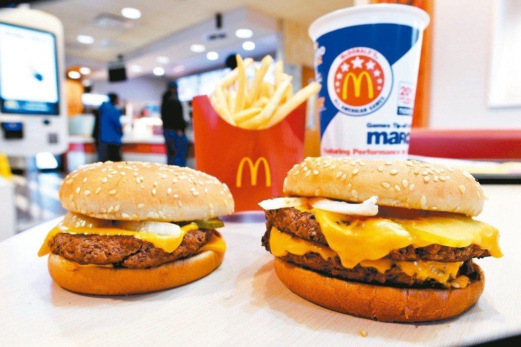 美國麥當勞從今年三月就推出新鮮牛肉製作的四盎司牛肉堡(左)與雙層四盎司牛肉堡,現...