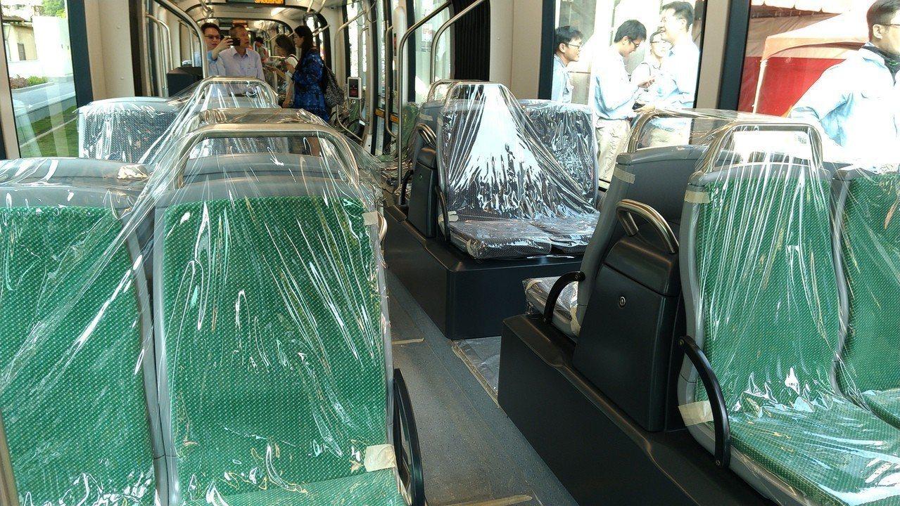 高雄輕軌第二階段列車,比一階列車多2個座位。記者蔡孟妤/攝影