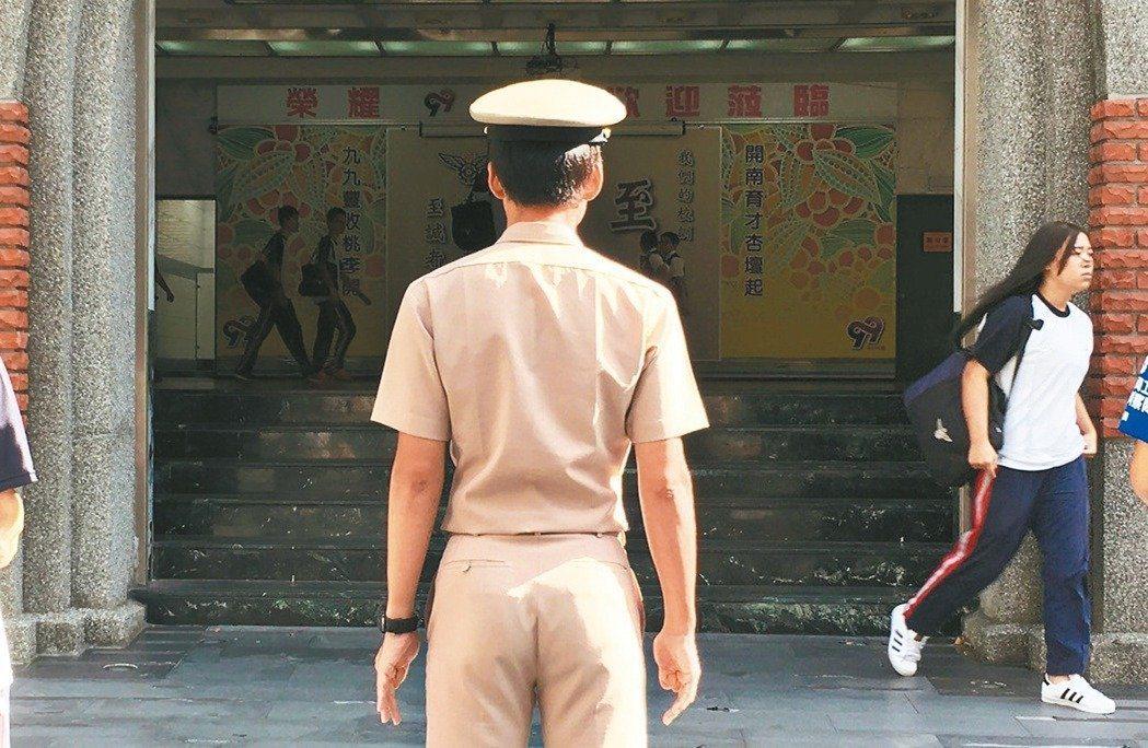 校園軍訓教官退場政策勢在必行,但學校、家長、校園安全等各方面上未有完善配套。圖/...
