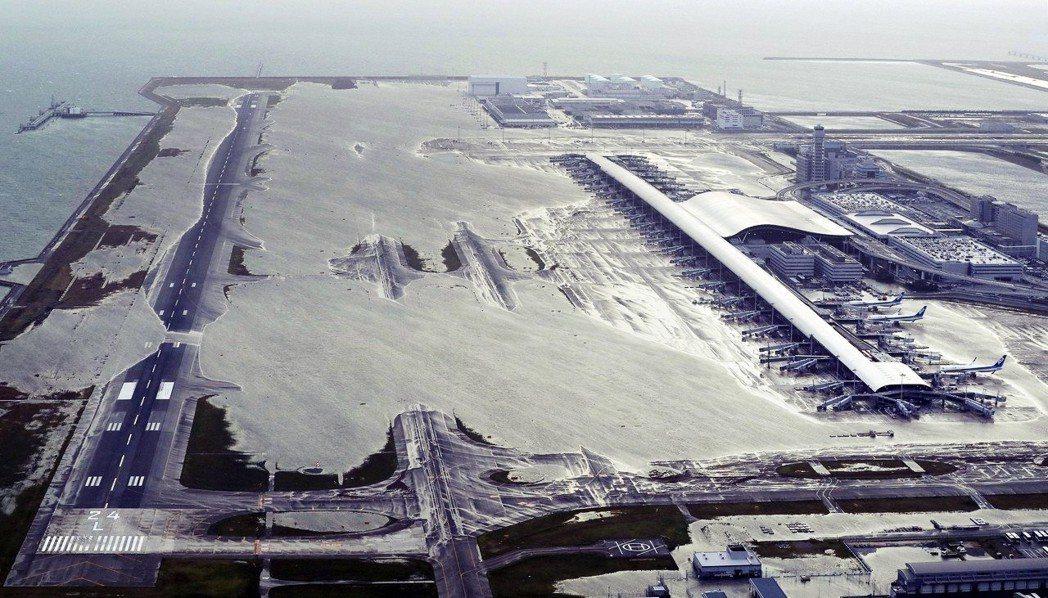 強颱燕子的侵襲,讓大阪灣的海水灌進了關西國際機場。 圖/美聯社