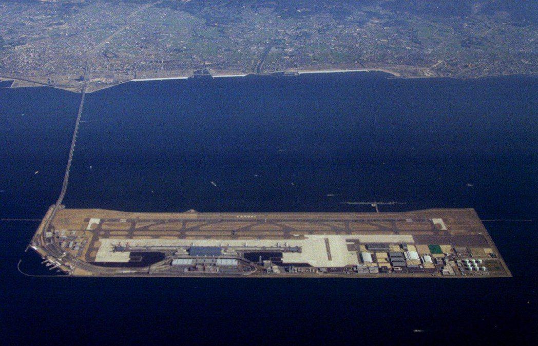 關西機場雖然是在1994年9月4日完工啟用,不過很快的就達到飽和。圖為第一期工程...