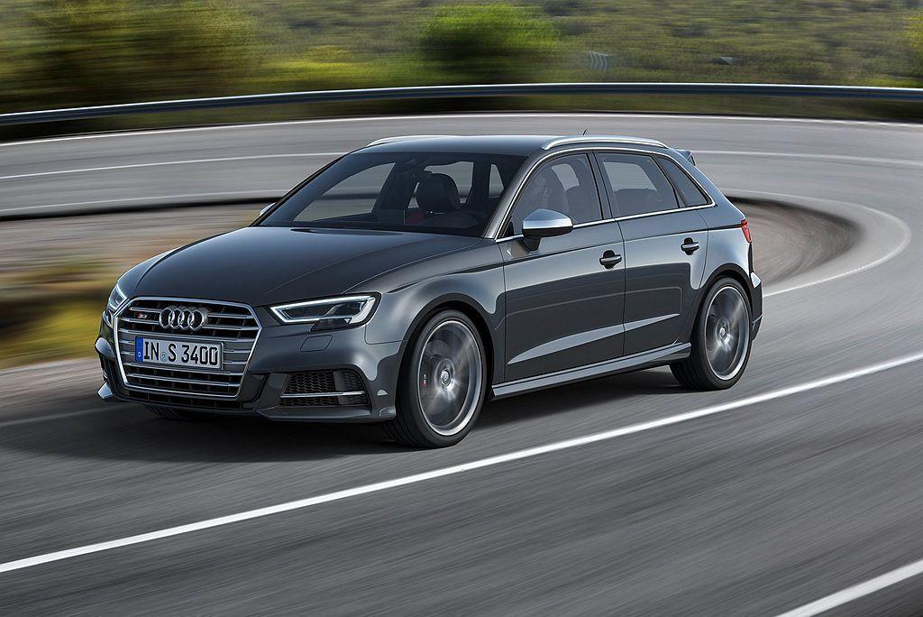 Audi S3搭載2.0L TFSI直列四缸渦輪增壓引擎,不過小改款後馬力略漲至...
