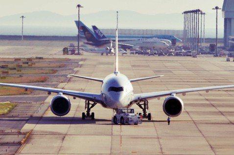 關西機場遭遇了開港24年來首次的水災,然而日本人並沒有被天災擊垮,在短時間內恢復...