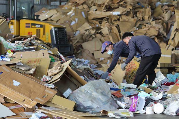 廢紙裡摻雜著紙容器,不僅摸魚混水賺利差,也讓台灣回收率灌了水。(王建棟攝)