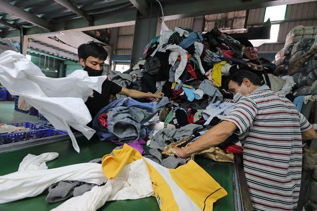 久泰資源堆滿回收的舊衣服,在挑出有人要穿的舊衣前,也得先挑出夾帶進來的大量垃圾。...