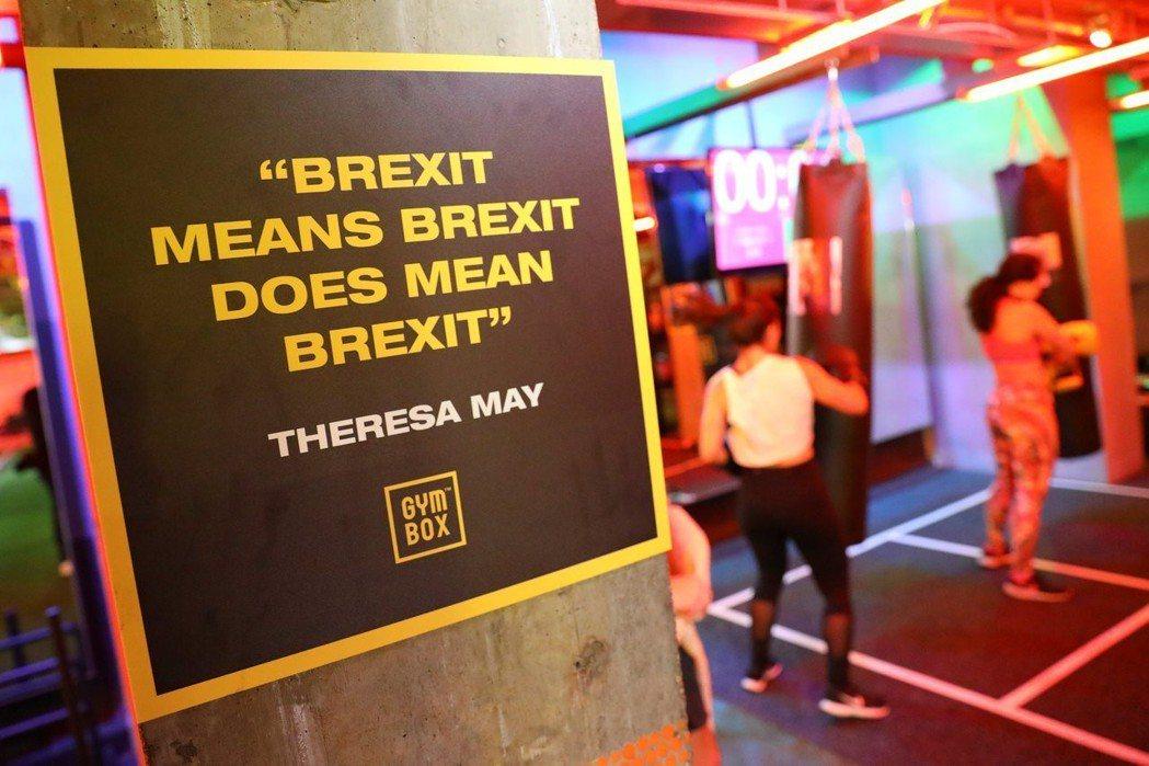 健身房一角貼著梅伊的脫歐語錄:「英國脫歐的意思是,脫歐真的就是脫歐。」 (路透)
