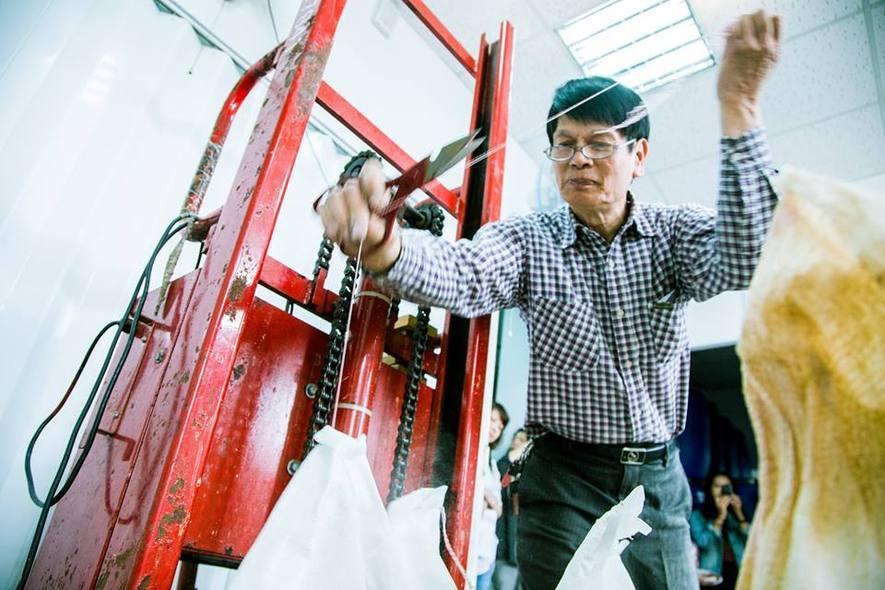 (圖)趙總經理父母親手中拿著心形的阿拉伯膠(上)、茶籽堂商品推手趙志明先生一早便...