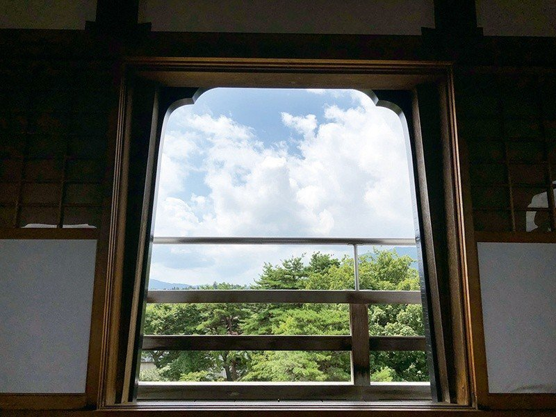 登上白石城天守閣,透過造型的窗向外望,寧靜感十足。  攝影|行遍天下