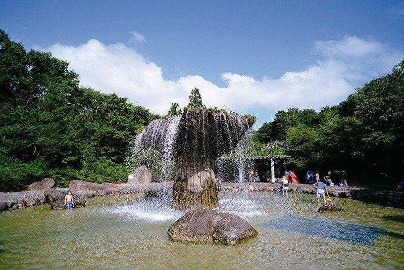 材木岩公園的玩水專區是夏天最受小朋友歡迎的地方。  攝影|行遍天下