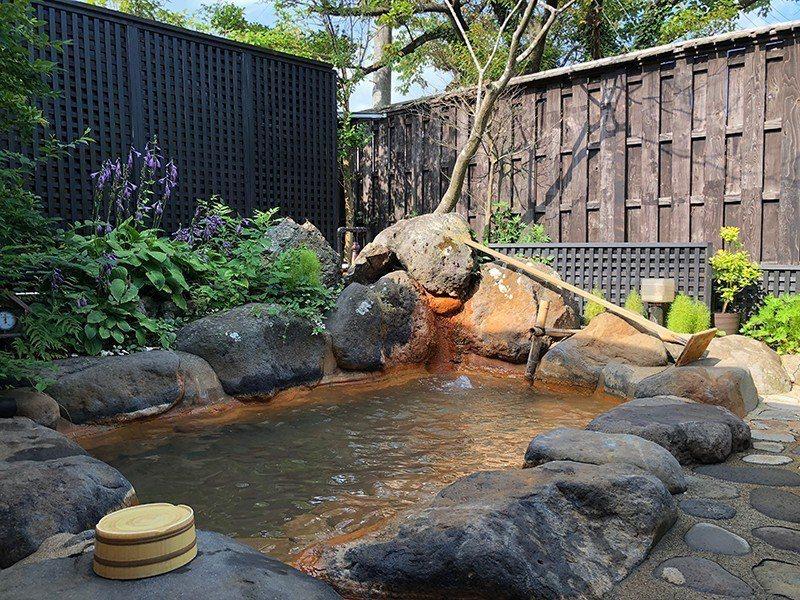 源兵衛溫泉的露天風呂,四季來都有不同風貌。  攝影|行遍天下