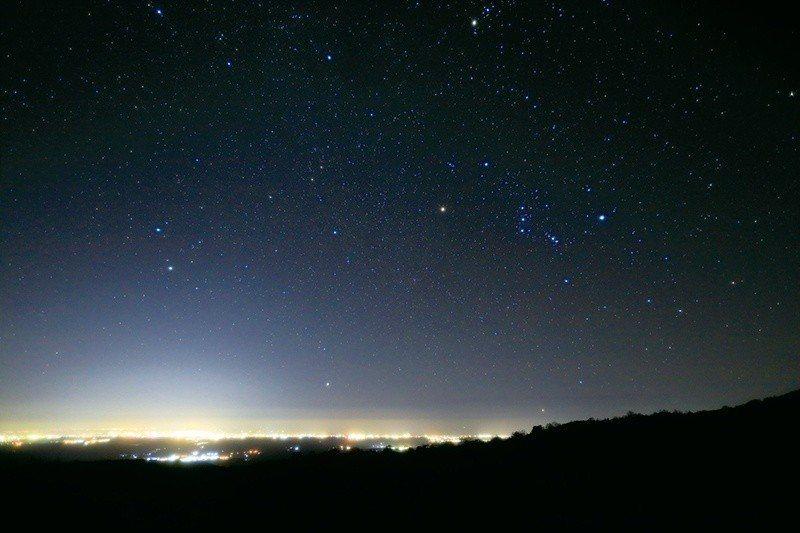 山上夜晚的天空,像是鑽石撒了滿天。  攝影|行遍天下