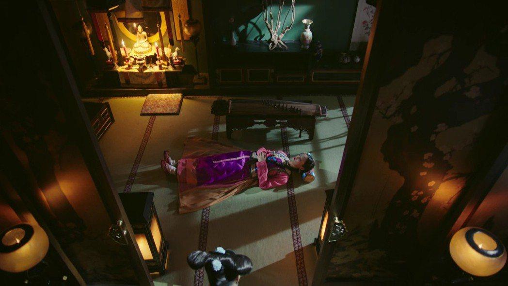 辛芷蕾飾演的「金玉妍」去世前換回母族服飾。圖/截圖自愛奇藝台灣站
