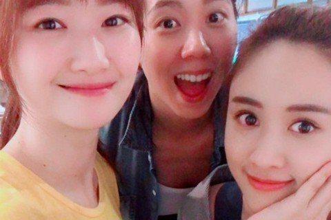 Sandy吳珊儒在臉書PO出一張和2個女生的合照,稱「她們是我姐妹」,被誤會是吳宗憲另外兩個女兒曝光,不過其實她們只是Sandy的姐妹淘,由於樣貌姣好,不少網友還希望她們兩人快出道,事實上,她們早已...
