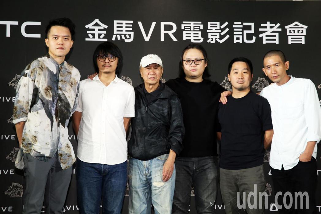 侯孝賢導演(左三)邀請李中、邱陽、陳勝吉、曾威量、趙德胤五位學員拍攝VR電影《5...