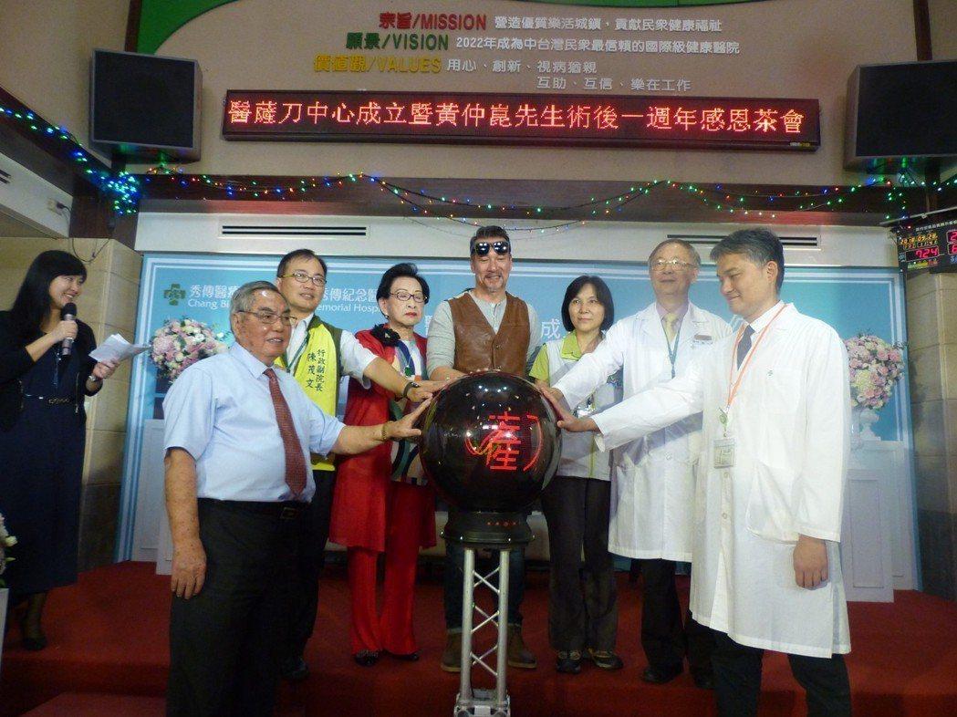 長年受顫抖症所苦的「鋼鐵大叔」黃仲崑,在彰濱秀傳醫院以「醫薩刀」治療而康癒,他今...