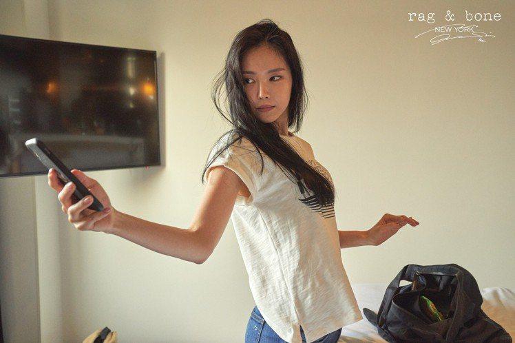 孫娜恩每張照片都有慵懶迷人的魅力。圖/rag & bone提供
