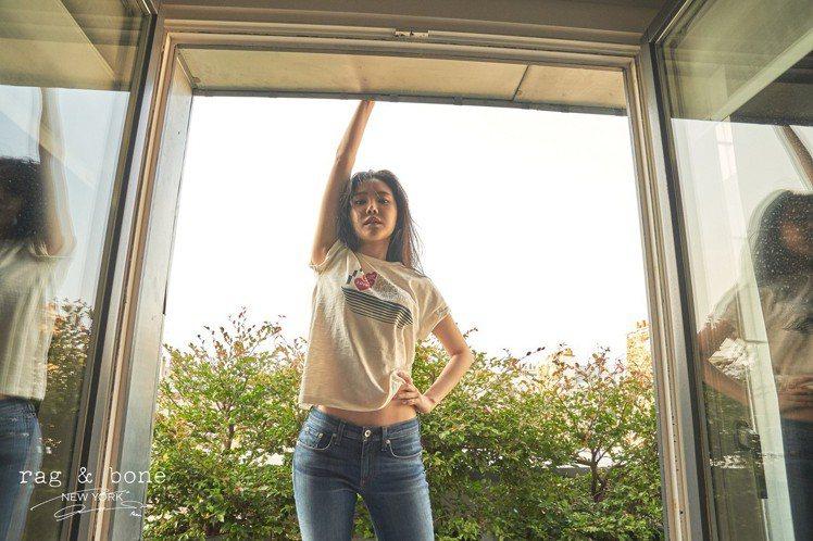 孫娜恩的每張照片都洋溢著青春健康的活力。圖/rag & bone提供