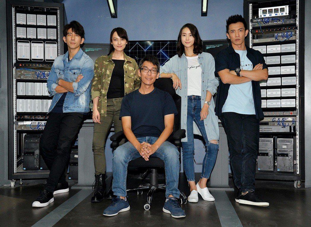 修杰楷(左起)、姚以緹、導演詹大為、鍾瑶、黃尚禾演出「浮士德遊戲2」。圖/衛視電