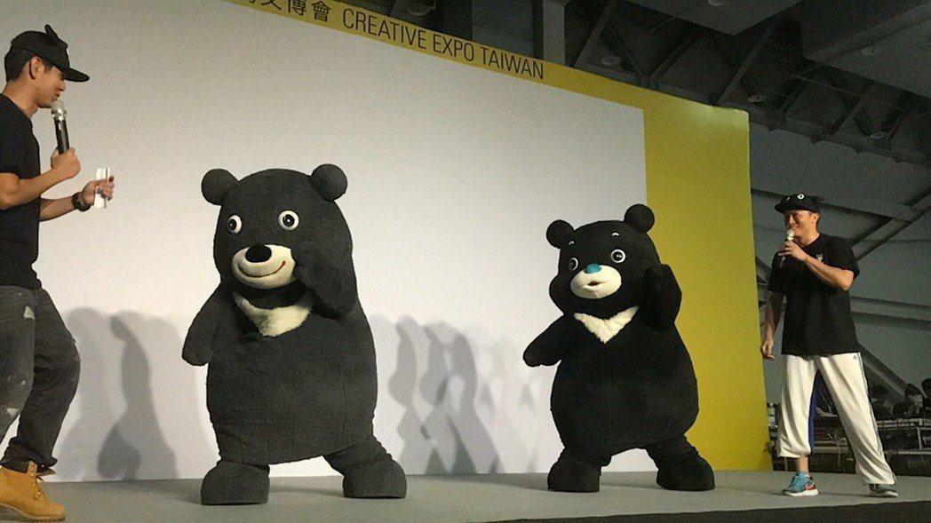 台北世大運吉祥物金牌熊讚(左)和新造型海洋熊讚(右)。圖/聯合報系資料照片