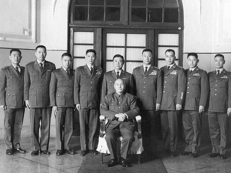 蔣中正總統與初期黑貓中隊成員合照,右一的郄耀華不久就在訓練中殉職,左二的陳懷生被...