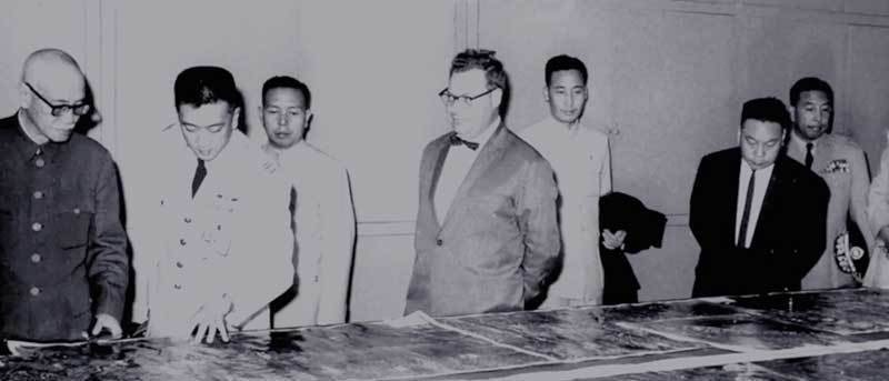 蔣中正與蔣經國父子觀看U-2拍回的照片,中為當時美國中央情報局台北站長克萊恩。 ...