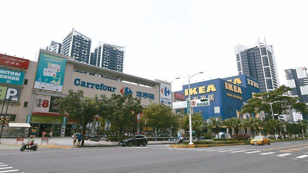 獅甲商圈中華五路有許多知名賣場。 記者劉學聖/攝影