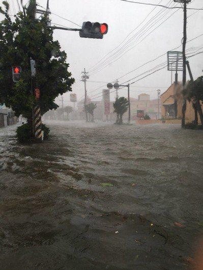 颱風潭美29日侵襲日本南部沖繩島,造成路面淹大水。圖擷自Twitter