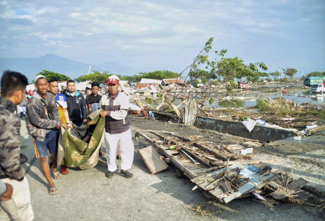 印尼官員說,昨天規模7.5強震引發海嘯侵襲蘇拉威西島,導致近400人喪命,海灘上...