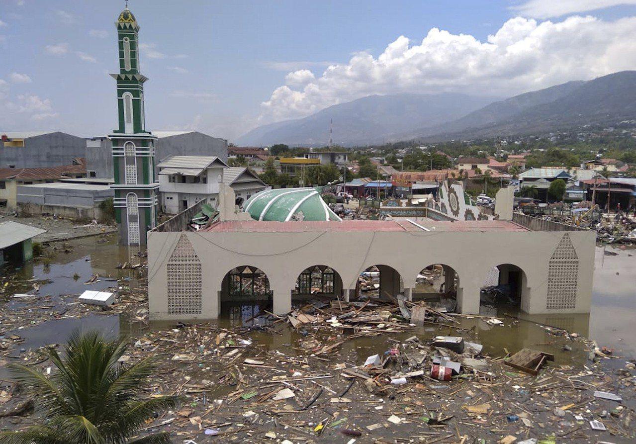 印尼蘇拉威西島發生規模7.5地震,地震引發海嘯,重創當地。 美聯社