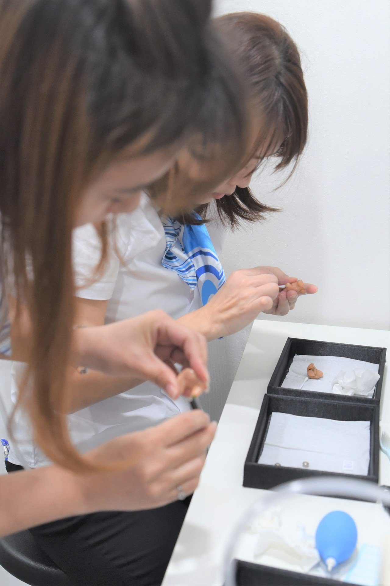 活動當日,提供聽寶老朋友助聽器清潔服務。 黃啟銘/攝影。