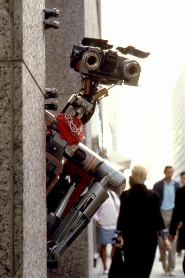 「霹靂五號第二集」中「五號」來到繁忙大城市,又有一番奇妙的經歷。圖/摘自imdb
