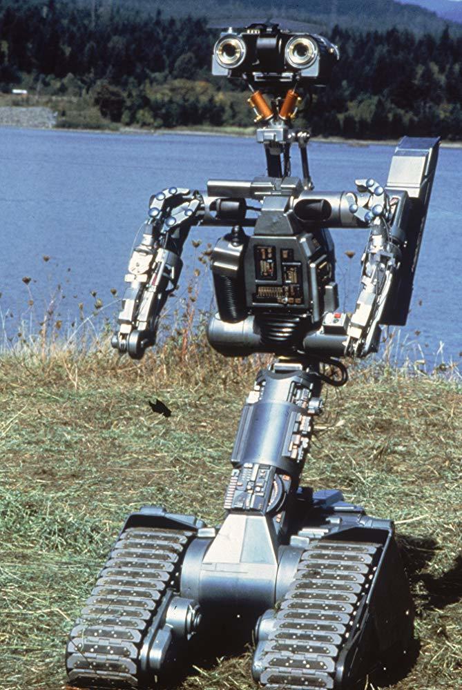 被雷劈中而短路的「五號」是影史上最可愛的機器人。圖/摘自imdb