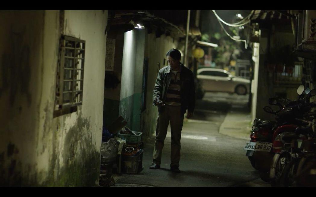 「第一響槍」戲中,吳朋奉意外目擊搶案。圖/公視提供